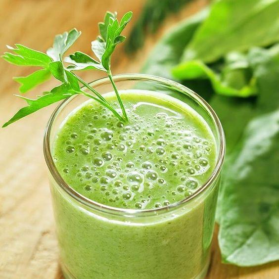 Centrifugato detox con verdure e acqua di cocco